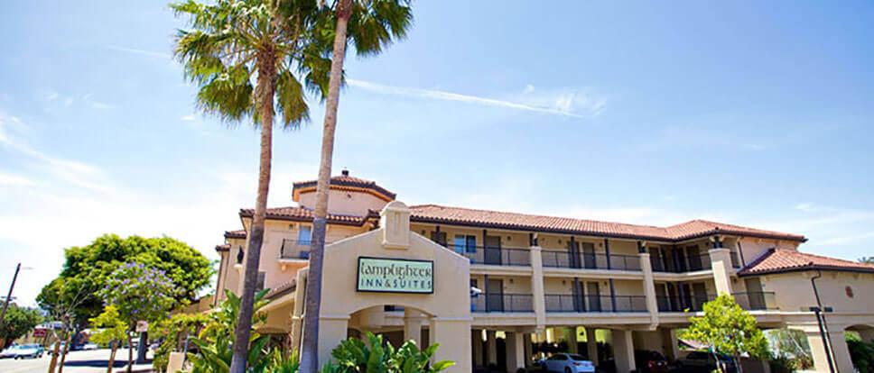 Lamplighter inn suites san luis obispo vacations for Pet friendly hotels near hearst castle