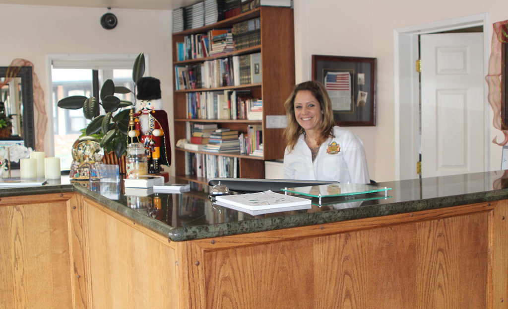 Concierge and check-in area at Peach Tree Inn