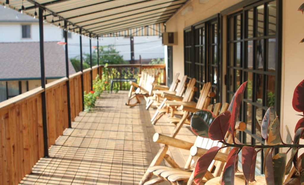 Outdoor Deck and lounge area at Peach Tree Inn