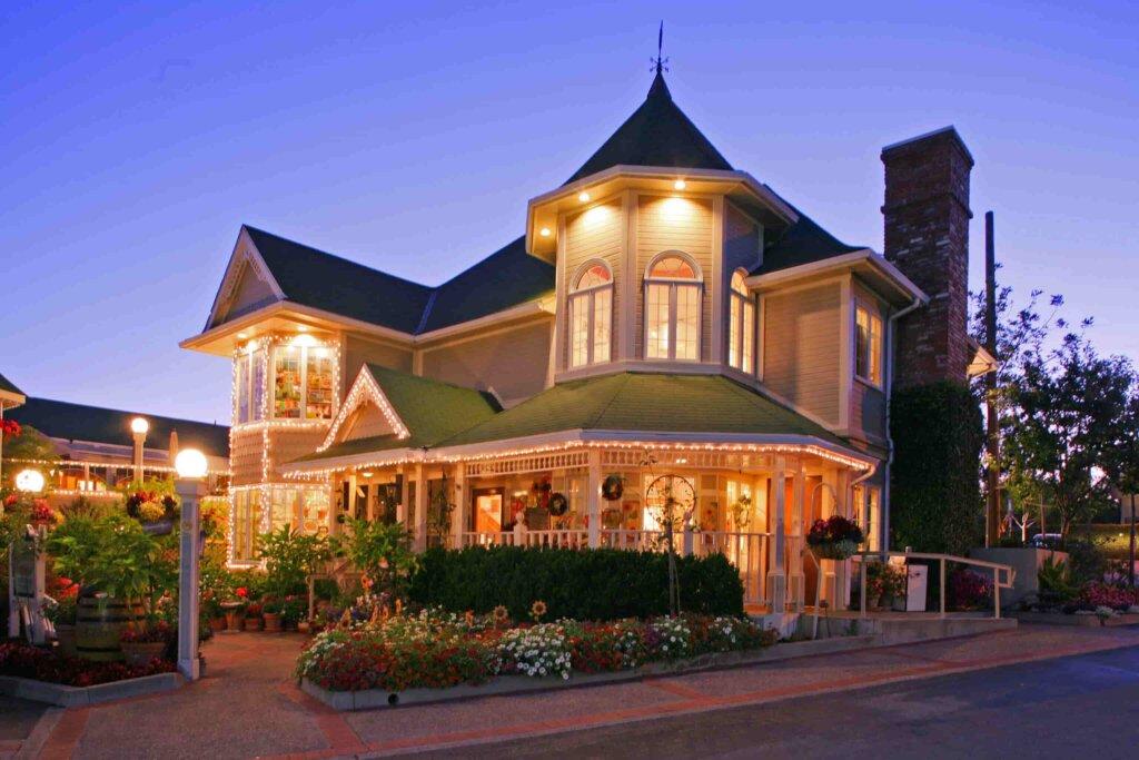 Apple Farm Hotel - Exterior at night