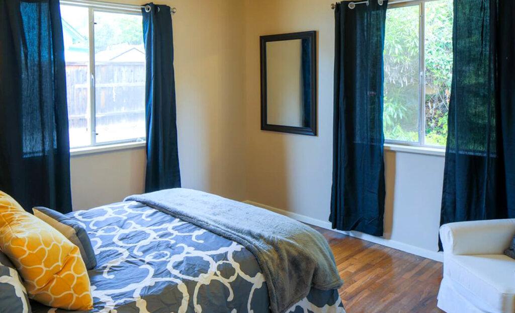 Bedroom and windows of Susie Bran rental