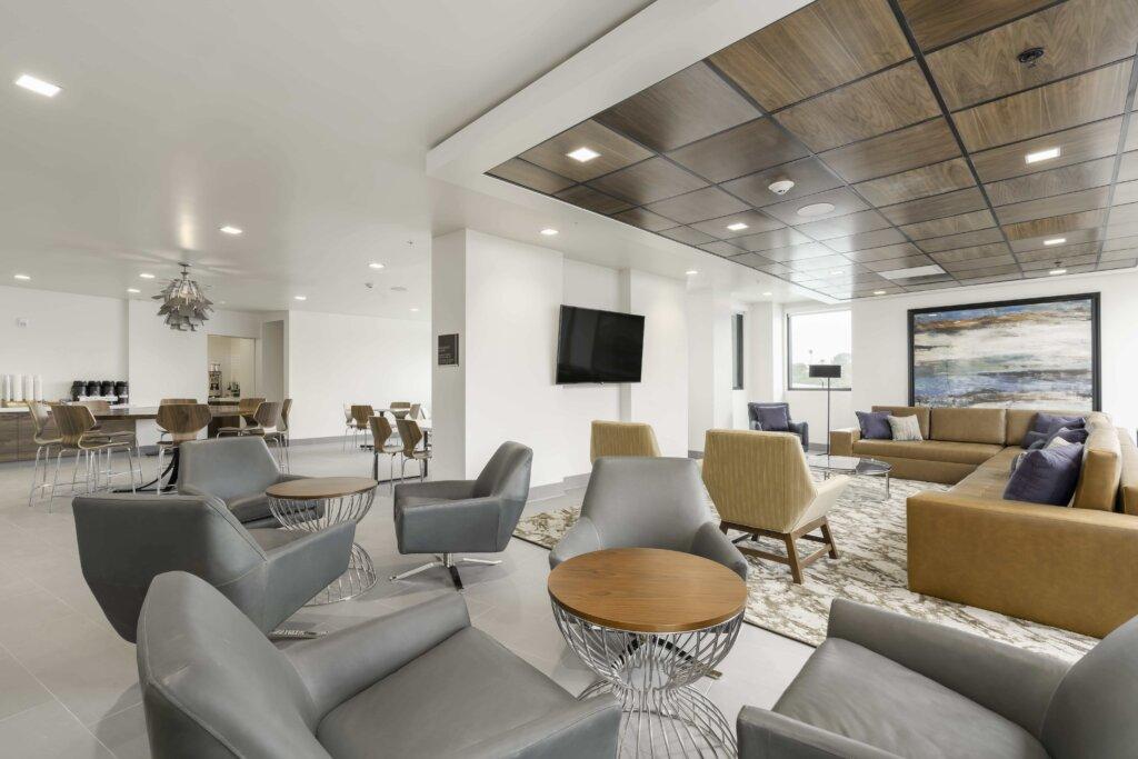 La Quinta SLO Breakfast area and Lounge