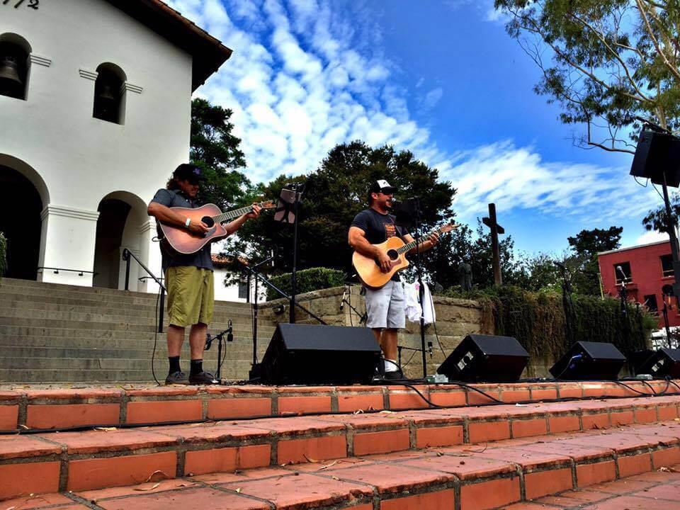 Matt Cross performing in Mission Plaza